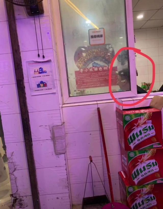 王思聪深夜携美女撸串喝酒 一看菜单就花300?